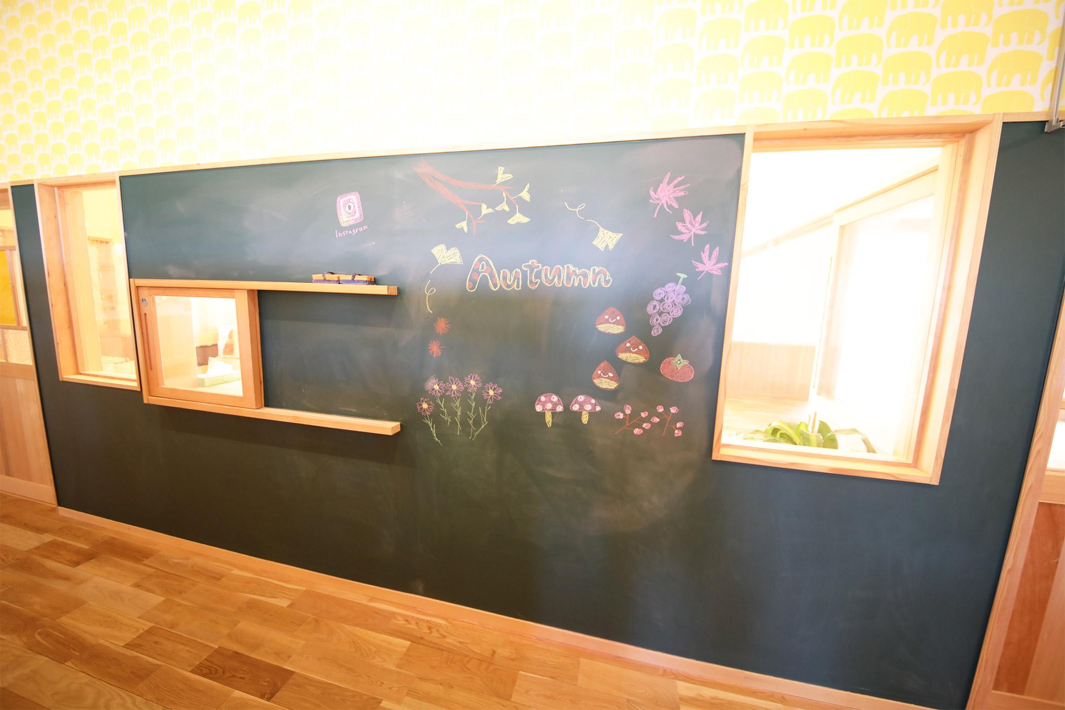 黒板で季節感を出します